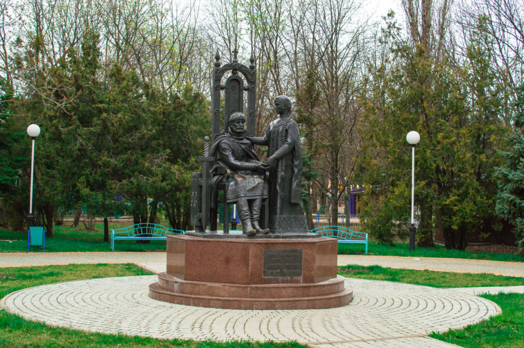 Памятники покровителям брака и семейного спокойствия святым Петру и Февронии Муромским