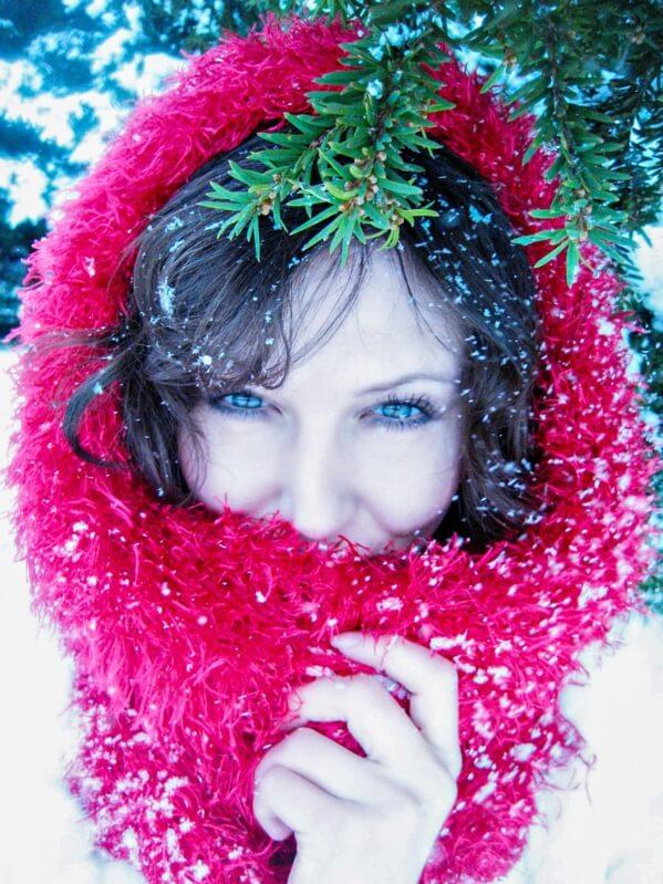Девушка в красном зима,снег,зимняя дорога